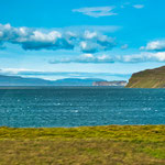 ...entweder Berge, Buchten, Fjorde oder Seen (meistens tiefblau)...