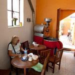 hier wird noch Kaffee geröstet und gleich zum wunderbaren Espresso gebrüht