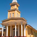 ...mit einer eigenartigen Kirchenkonstruktion...