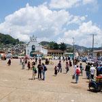 Hier der Zocalo vor der Kirche . normalerweise gibt es hier den Sonntagsmarkt