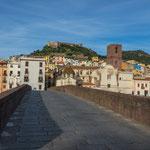 Die Fussgängerbrücke und ganz hinten das Castello
