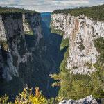 ...der über 700 m tiefe Canyon - es geht praktisch senkrecht nach unten...