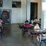 Unter den strengen Augen von Che wird Schach gelernt - ist ja auch wichtig fürs Leben