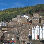 ...die kleine schneeweisse Kirche sticht so dominant hervor...