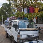 Erfinderisch: der Mazda und der Baum als Wäscheständer.