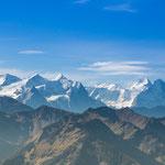 Rechte Hälfte im Schatten die Eiger Nordwand, daneben links der Mönch (4099m) und rechts von Eiger ist die Jungfrau (4158m)...