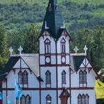 ...eine wunderschöne Holzkirche schmückt das Zentrum...
