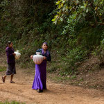 Indio Mädchen in traditioneller Kleidung beim Wasser holen