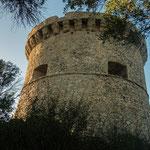 Dieser Turm mit seiner verzierten Borte ist besonders schön