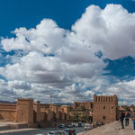 ...hat daneben eine beeindruckende Kasbah (Burg / Schloss)...