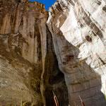 Diese senkrechten Felsen schützen den See am Fusse vor Austrocknung im Sommer