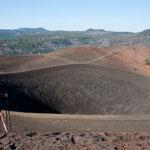 ....Blick in den Krater - man kann auch runtersteigen...