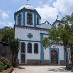 ....hat eine fast griechisch anmutende Kirche....