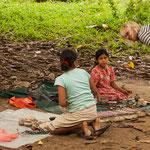 ....um ein bisschen Geld zu verdienen stellen Frauen und Kinder Handarbeiten her....