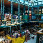 ...der Kunsthandwerksmarkt in einem schönen Gebäude...
