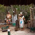 """Empfang an der Cenote durch eine Mayafamilie in historischem """"Aufzug""""...."""