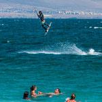 ...und zwischen den immens schnellen Surfern immer wieder schwimmende Familien...