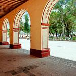 Die Säulen gehören zum Rathaus und dahinter der Zocalo.....