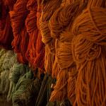 ...mit Naturfarben handgefärbte Schafwolle...