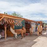 ...Lamas unterstützen den Verkauf des lokalen Kunsthandwerks