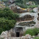 Unglaublich: in der Steinzeit solche Gräber aus den Felsen zu meiseln