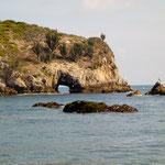 Dieser Felsen ist durchlöchert und die Wellen schiessen bei Flut durch