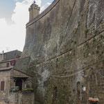 Wie solche Mauern im Mittelalter gebaut werden konnten ist ein Rätsel