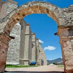 Der Bau steht auf einer heiligen Stätte der Indianer - hier sieht man noch den vorspanischen Torbogen