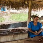 ....Eladios älteste Tochter beim Kakao Bohnen rösten....