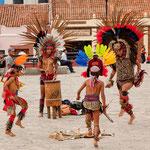 Tänze der indigenen Bevölkerung vor der Kathedrale