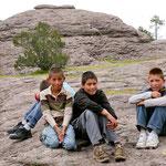 Diese Jungs halfen uns beim notdürftigen reparieren.