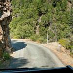 Die Strasse wir eng und oft waren Felsen gefährlich nahe