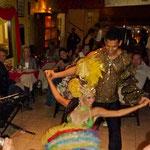 ....hat tolles Essen mit kubanischer Musik und Tanz und ..... halt fürs Auge.....