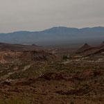Fahrt durch die Berge bei Oatman - im Hintergrund das Colorado Tal