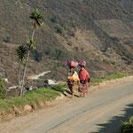 In Guatemala werden die Lasten auf oder mit dem Kopf getragen.....