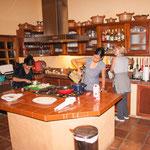 Rita und Sonja und Alde bereiten den Spätzleteig vor....