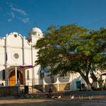 ....die Kathedrale erinnert an eine griechische Kirche.....