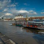 ...Freizeiteinrichtungen im Hafenbecken...