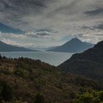 Blick auf die Vulkane beim Lago de Atitlan.....