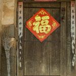 ....bunte Türen mit guten Wünschen und Glückssymbolen.....