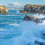...pausenlos branden die Wellen gegen die Felsen...
