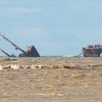 ...wahrscheinlich liegt dieser zerbrochene Frachter schon seit Jahrzehnten im Fluss...