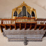 Auch diese filigrane Orgel hängt hoch untern Kirchendach