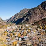 der Gebirgsort Ouray tief eingeschlossen im engen Tal