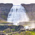 ...die unglaubliche Größe kann man an der Größe der Menschen vor dem Wasserfall erkennen...