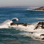 ...riesige Atlantikwellen hinterlassen Wasserwolken wenn sie brechen...