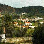 Alte liegt an Berghängen der Algarve mit teilweise großen Villen....