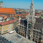 """Das Wahrzeichen Münchens: """"Frauenkirche"""" links und """"Rathaus""""...."""