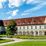 ....einfach riesige Gebäude - diese hier wird als Musikschule genutzt...