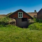 ...die Dächer aus Gras und Torf...